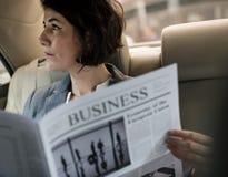Автомобиль газеты чтения коммерсантки внутрь Стоковые Фото