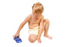 автомобиль голубого мальчика меньшяя играя игрушка Стоковое фото RF