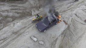 Автомобиль горит в дезертированном поле пыли с огромным черным дымом идя вверх в небо сток-видео