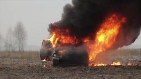 Автомобиль горящий, горящий автомобиль в поле, вид спереди видеоматериал