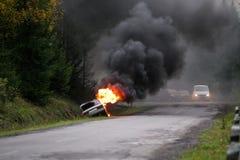 Автомобиль горя на дороге Стоковое фото RF