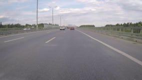 Автомобиль двигает вдоль шоссе на летний день сток-видео