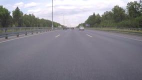 Автомобиль двигает вдоль шоссе на летний день видеоматериал