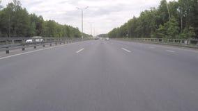 Автомобиль двигает вдоль шоссе на летний день акции видеоматериалы