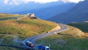 Автомобиль движения горы дороги акции видеоматериалы