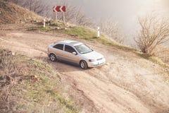 Автомобиль для путешествовать с земной дорогой Стоковое Изображение RF