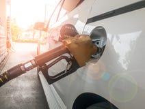 Автомобиль дозаправляя в бензоколонке Стоковые Изображения