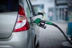 Автомобиль дозаправляя на бензозаправочной колонке Стоковое Изображение