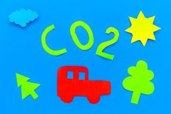 Автомобиль загрязняет окружающую среду углекислым газом Автомобиль, окружающая среда и вырез СО2 на голубом взгляд сверху предпос Стоковое Изображение