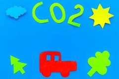 Автомобиль загрязняет окружающую среду углекислым газом Автомобиль, окружающая среда и вырез СО2 на голубом взгляд сверху предпос Стоковая Фотография