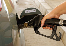 Автомобиль заправляя топливом на бензоколонке Стоковое Фото