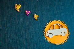 Автомобиль игрушки и яркое сердце на деревянном столе Стоковые Фото