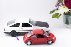 Автомобиль игрушки красного цвета и белизны Стоковое Изображение RF