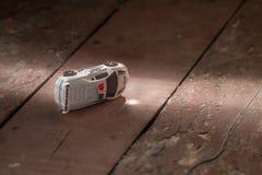 Автомобиль игрушки на старых покрашенных досках Стоковая Фотография