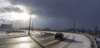 Автомобиль идет на дорогу на зима, маячить облаков неба стоковые изображения rf