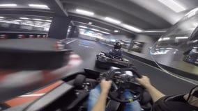 Автомобиль идти-тележки отдыха приводов pov персоны молодого человека изумляя первый быстро на karting действии спорта гонки подо акции видеоматериалы