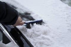 автомобиль извлекая лобовое стекло снежка Стоковые Изображения RF
