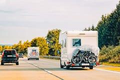 Автомобиль и велосипеды туриста RV на дороге в Швейцарии стоковые изображения rf