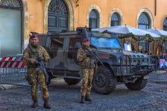 Автомобиль и войска армии с автоматическими оружиями защищая saf Стоковое Фото
