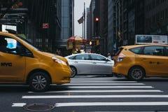 Автомобиль и желтые такси на улице в Манхэттене Нью-Йорке, США, нерезкости движения стоковое фото rf
