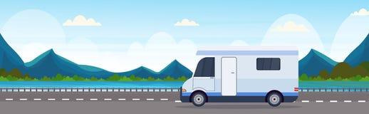 Автомобиль каравана путешествуя на корабля перемещения шоссе ландшафте гор реки природы концепции рекреационного располагаясь лаг бесплатная иллюстрация