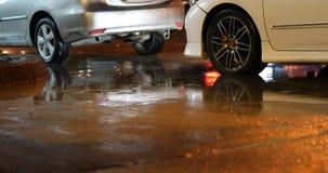 Автомобиль корабля припарковал улицу обочины в дождливом дне акции видеоматериалы