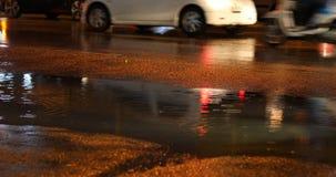 Автомобиль корабля припарковал улицу обочины в дождливом дне видеоматериал