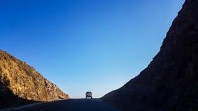 Автомобиль который управляется к пути берега возглавляя в их мечты стоковые изображения rf
