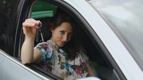 Автомобиль красивой женщины предлагая ключи просит езда, корабль выигрыша и компания женщины акции видеоматериалы