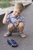 автомобиль мальчика меньшяя игра Стоковые Фотографии RF