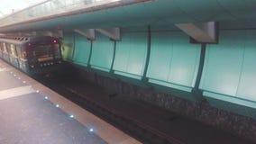 Автомобиль метро идет идя подземная концепция люди в автомобиле в образе жизни метро подземное метро видеоматериал