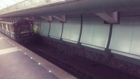 Автомобиль метро идет идя подземная концепция люди в автомобиле в образе жизни метро подземный образ жизни сток-видео