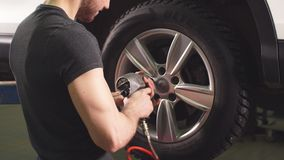 Автомобиль механика автомобиля изменяя катит внутри гараж ремонта автомобилей акции видеоматериалы