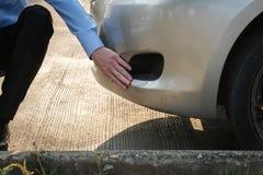 Автомобиль мужского агента рассматривая поврежденный дорожным происшествием кавказско стоковые изображения