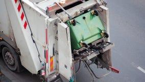 Автомобиль мусоровоза поднимая контейнер с поганью Корабль собрания хлама акции видеоматериалы