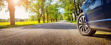 Автомобиль на дороге асфальта в лете стоковое фото