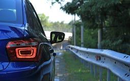 Автомобиль на дороге за загородкой шоссе металла Стоковая Фотография RF