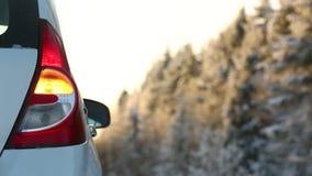 Автомобиль на дороге зимы акции видеоматериалы