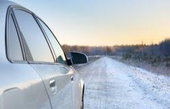 Автомобиль на дороге зимы Стоковые Изображения