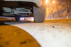 Автомобиль на дороге на ноче стоковое изображение