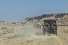 автомобиль 4x4 на дороге песка в каньонах пустыни Namibe вышесказанного anisette стоковая фотография rf
