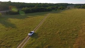 Автомобиль на заходе солнца, поле золота сток-видео