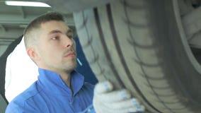 Автомобиль на подъеме для диагноза сток-видео