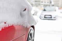 Автомобиль на улице предусматриванной с большим слоем снега Стоковые Изображения RF