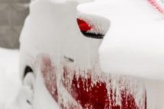 Автомобиль на улице предусматриванной с большим слоем снега Стоковые Фото