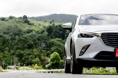 Автомобиль новой модели белый на дороге стоковые фотографии rf