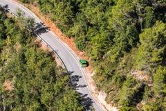 Автомобиль обочиной в Siurana, Таррагоне, Catalunya, Испании Скопируйте космос для текста Взгляд сверху Стоковые Фотографии RF