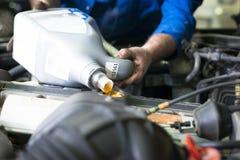 Автомобиль обслуживая, заменять масла и фильтра стоковая фотография rf