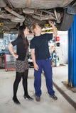 автомобиль объясняя ремонт механика Стоковое фото RF