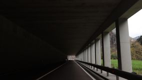 Автомобиль около, который нужно ехать через тоннель видеоматериал